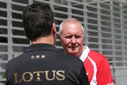 费德里科·加斯塔尔迪,路特斯车队副领队;约翰·布斯,马诺车队领队