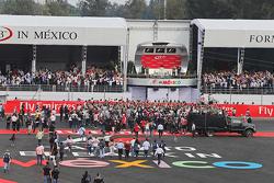 冠军尼科·罗斯伯格,梅赛德斯车队,在领奖台上庆祝