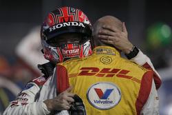 Tiago Monteiro en Tom Coronel in een innige omhelzing
