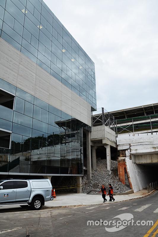 Nuevo edifício en lugar de la pared de piedras