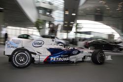 Nick Heidfeld drives the BMW Sauber F1.08 through the BMW Welt first level