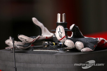 Jarno Trulli, Toyota F1 Team gloves