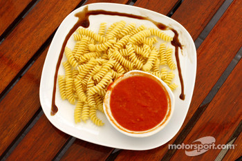 Renault F1 drivers training in Bahrain: pasta