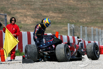 Sébastien Bourdais, Scuderia Toro Rosso, new STR03, crashes badly at turn 9