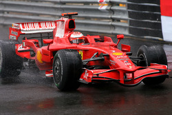 Kimi Raikkonen, Scuderia Ferrari, spin out the track and lose the lead