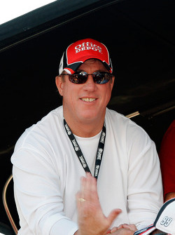 Former NFL Quarterback Jim Kelley a top Carl Edwards pit box during the race