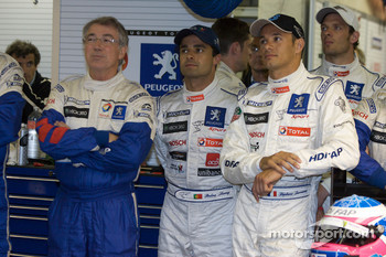 Michel Barge, Pedro Lamy, Stéphane Sarrazin and Alexander Wurz watch the end of the session in the pitbox