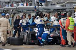 Tire change for #7 Team Peugeot Total Peugeot 908: Marc Gene, Nicolas Minassian, Jacques Villeneuve with 20 minutes to go