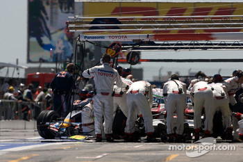 Refuelling for Jarno Trulli, Toyota Racing