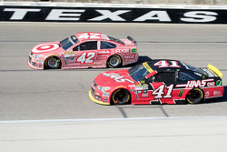 Kyle Larson, Chip Ganassi Racing Chevrolet and Kurt Busch, Stewart-Haas Racing Chevrolet