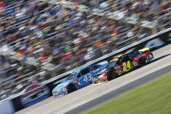 Aric Almirola, Richard Petty Motorsports Ford and Jeff Gordon, Hendrick Motorsports Chevrolet