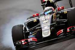 Romain Grosjean, Lotus F1 E23 locks up under braking