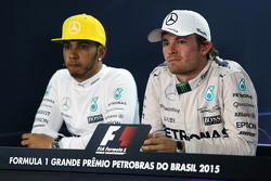 (从左到右):刘易斯·汉密尔顿,梅赛德斯车队;尼科·罗斯伯格,梅赛德斯车队,在FIA新闻发布会