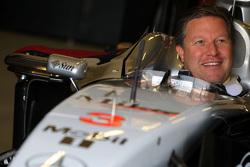扎克·布朗坐在迈凯伦赛车中