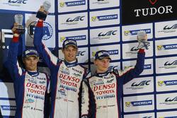 Podium: derde plaats Alexander Wurz, Stéphane Sarrazin, Mike Conway, Toyota Racing