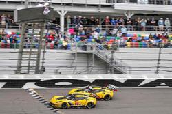 克尔维特车队4号克尔维特C7.R赛车:奥利弗·格文、汤米·米勒、马塞尔·法斯勒,克尔维特车队3号克尔维特C7.R赛车:扬·马格努森、安东尼奥·加西亚、麦克·洛肯菲勒迎接方格旗