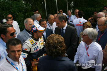 Fernando Alonso, Renault F1 Team and Bernie Ecclestone, President and CEO of Formula One Management