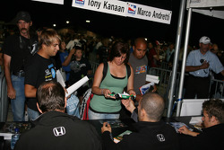 Autograph session: Tony Kanaan