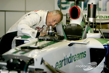Riccardo Patrese checks the Honda RA107