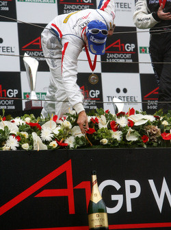 Podium, Loic Duval, driver of A1 Team France giving the champaign bottle to his mechanics