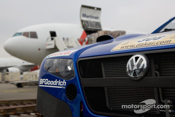 The four Volkswagen Race Touareg board the plane in Amsterdam en route for Buenos Aires