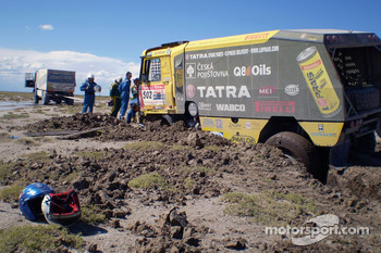 #502 Tatra T815-2 ZOR45: Ales Loprais, Vojtech Stajf and Milan Holan stuck in the sand
