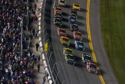 Restart: Jamie McMurray, Roush Fenway Racing Ford and Jimmie Johnson, Hendrick Motorsports Chevrolet lead the field