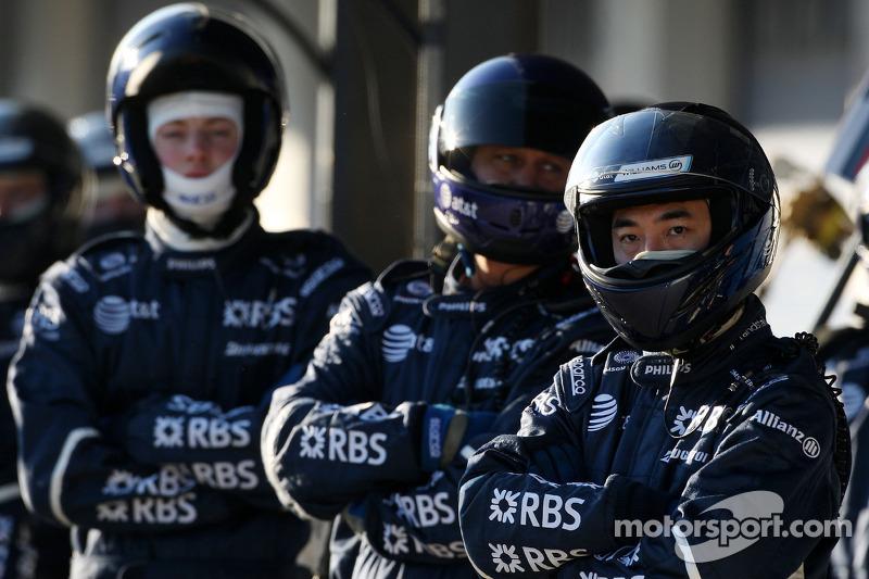 WilliamsF1 Team mechanics await a pitstop