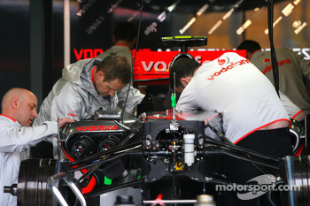 McLaren Mercedes mechanics