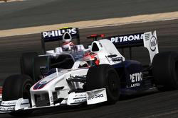 Robert Kubica, BMW Sauber F1 Team leads Kazuki Nakajima, Williams F1 Team