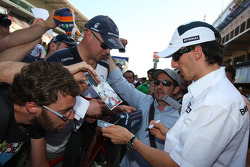 Robert Kubica, BMW Sauber F1 Team signing autographs for the fans
