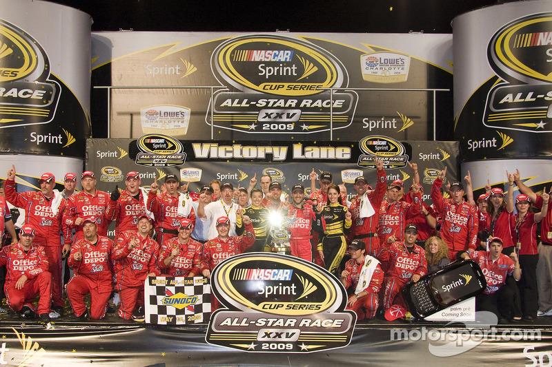 Victory Lane: Sieger Tony Stewart, Stewart-Haas Racing Chevrolet