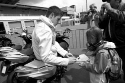 Paul di Resta, Team HWA AMG Mercedes signs autographs