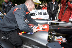 Team Kolles Audi R10 TDI gets his number and approval decals at scrutineering