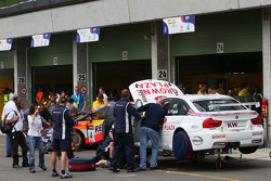Mechanics repair the car of Andy Priaulx, BMW Team UK, BMW 320si after the crash in the first corner of race 1
