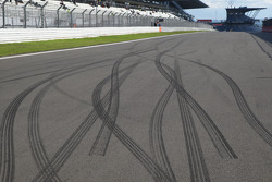 Tyre marks left on the circuit after the taxi rides given by the drivers