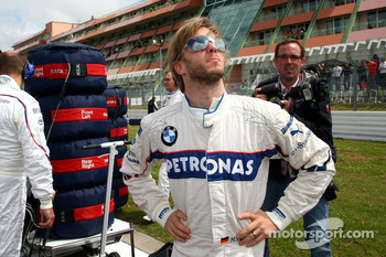 Nick Heidfeld, BMW Sauber F1 Team whatches the sky for rain