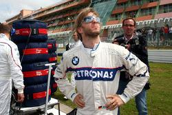 Nick Heidfeld, BMW Sauber F1 Team whatches the sky for rain
