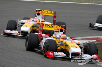 Fernando Alonso, Renault F1 Team leads Nelson A. Piquet, Renault F1 Team