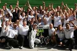 Race winner Rubens Barrichello, BrawnGP celebrates with Ross Brawn and his team