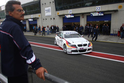 Dr. Mario Theissen, BMW Sauber F1 Team, BMW Motorsport Director watches over Jorg Muller,  BMW Team Germany, BMW 320si