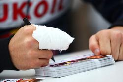 Robert Wickens signs autographs despite a fractured finger