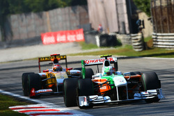 Vitantonio Liuzzi, Force India F1 Team and Fernando Alonso, Renault F1 Team