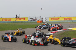 Romain Grosjean, Haas F1 Team VF-16 at the start of the race as Lewis Hamilton (GBR) Mercedes AMG F1 W07 and Kimi Raikkonen, Ferrari SF16-H race with broken front wings