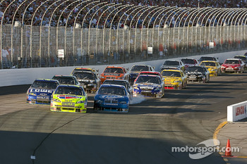 Restart: Mark Martin, Hendrick Motorsports Chevrolet leads the field