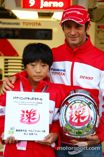 Jarno Trulli, Toyota F1 Team with Mitsuki Inoue who won a competition to design a helmet