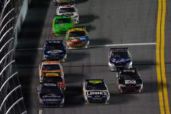 Matt Kenseth, Roush Fenway Racing Ford and Jimmie Johnson, Hendrick Motorsports Chevrolet battle