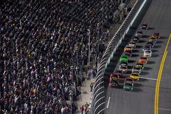 Restart: Carl Edwards, Roush Fenway Racing Ford and Tony Stewart, Stewart-Haas Racing Chevrolet lead the field