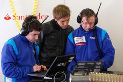 Vitaly Petrov talks to the Sergio Perez