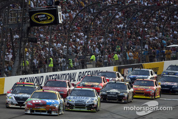 Start: Kyle Busch, Joe Gibbs Racing Toyota leads the field